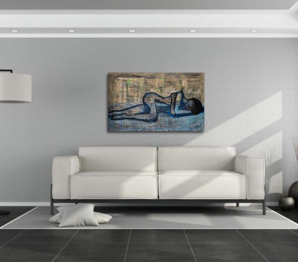Cuadro con la imagen de una mujer descansando, expuesto sobre la cabecera del sofá de un salón