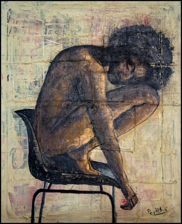 pintura figurativa contemporánea que representa a una mujer negra desnuda subida en una silla en posición de cuclillas