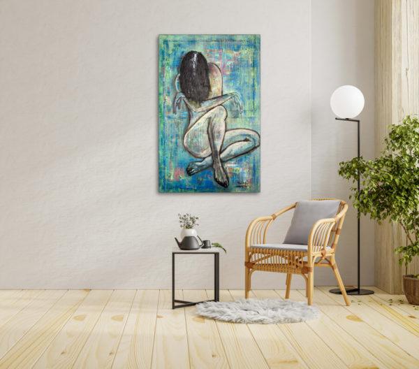 Imagen del cuadro de una mujer, expuesto junto a la butaca de un salita
