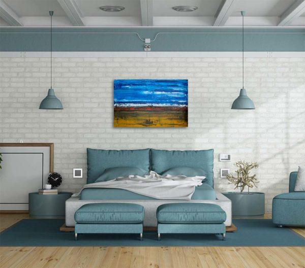 Cuadro abstracto expuesto sobre la cabecera de una cama de matrimonio