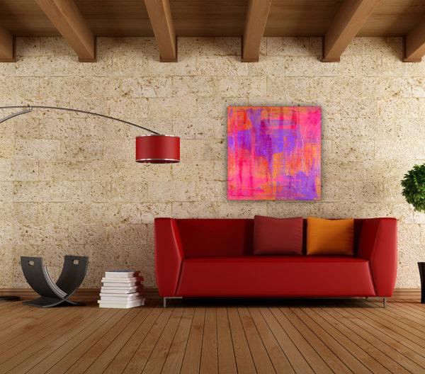 Cuadro abstracto expuesto sobre el sofá de un salón